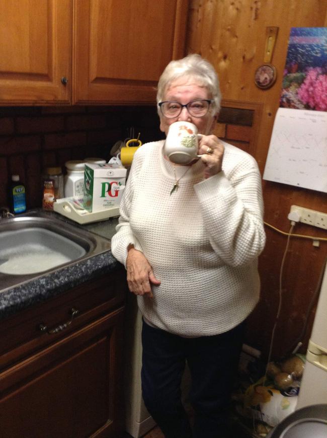 """""""Nhìn gà hóa cuốc"""", cụ bà mua nhầm hộp bao cao su 30 chiếc vì tưởng là trà túi lọc - Ảnh 2."""