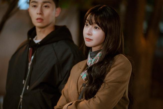 Cùng kết thân với tóc xõa mái mưa trong phim mới, liệu Park Min Young có đẹp xinh hút hồn bằng Seo Hyun và tình tin đồn của Lee Jong Suk? - Ảnh 5.