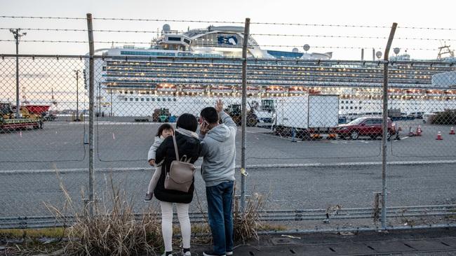Thêm 8 bệnh nhân nhiễm Covid-19 trên du thuyền Nhật nguy kịch, hành khách trên tàu đón Valentine theo những cách đặc biệt - Ảnh 2.