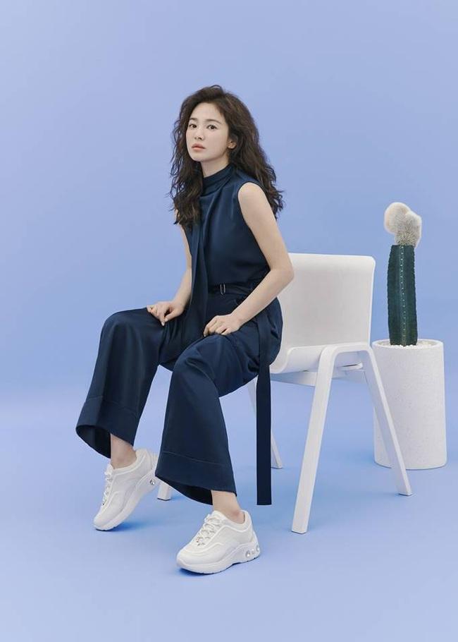 Hậu tin đồn tái hôn với đại gia Hong Kong, Song Hye Kyo tái xuất với mái tóc xoăn đầy khác lạ và cá tính - Ảnh 5.