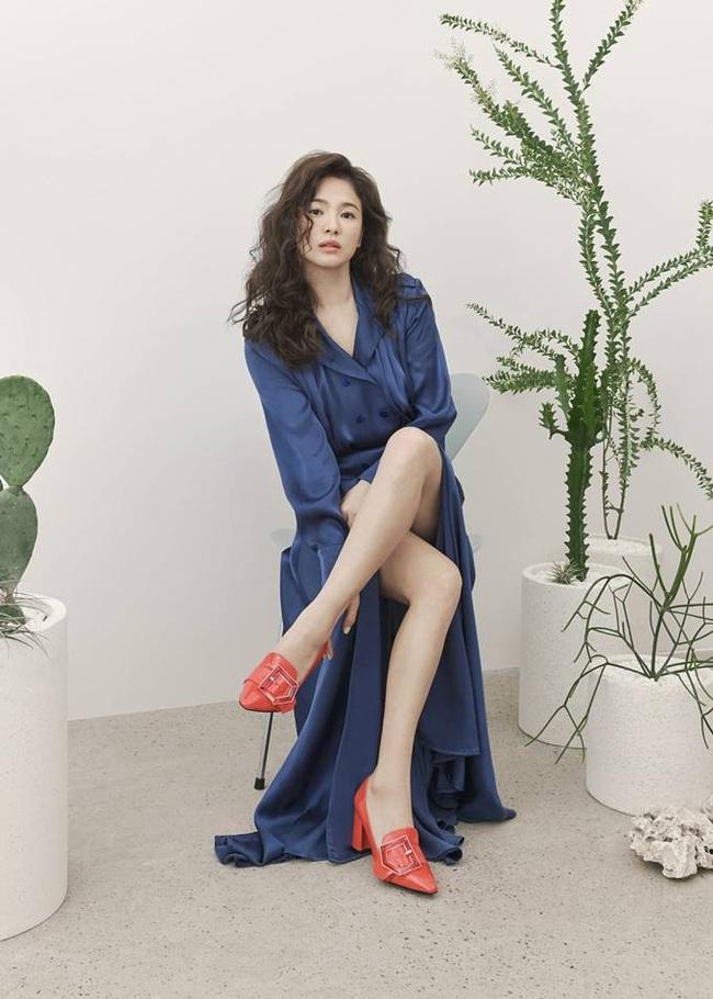 Hậu tin đồn tái hôn với đại gia Hong Kong, Song Hye Kyo tái xuất với mái tóc xoăn đầy khác lạ và cá tính - Ảnh 2.