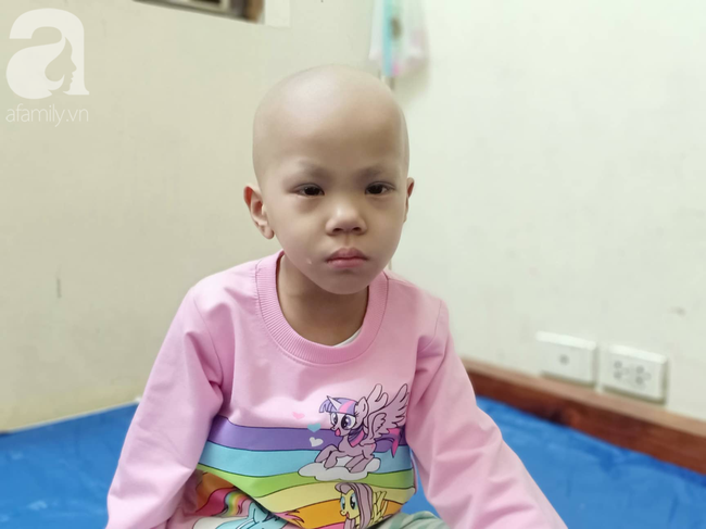 """Câu hỏi trong nước mắt của bé gái 6 tuổi hàng ngày giành giật sự sống với căn bệnh ung thư: """"Nếu không vay được tiền, con sẽ chết phải không mẹ?"""" - Ảnh 1."""