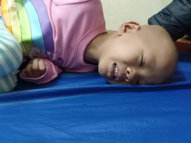 """Câu hỏi trong nước mắt của bé gái 6 tuổi hàng ngày giành giật sự sống với căn bệnh ung thư: """"Nếu không vay được tiền, con sẽ chết phải không mẹ?"""" - Ảnh 5."""
