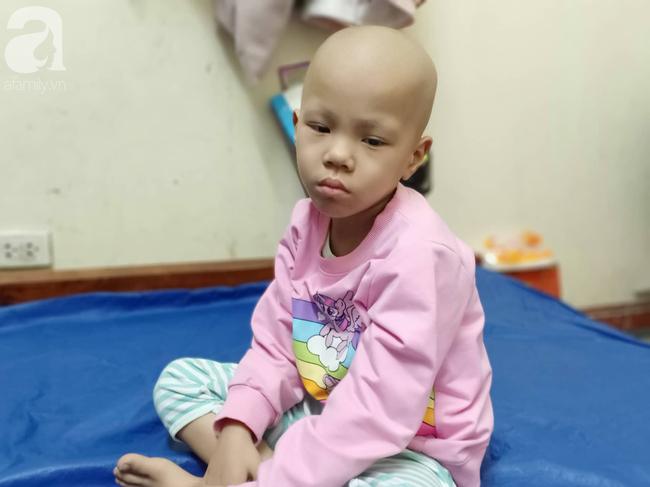 """Câu hỏi trong nước mắt của bé gái 6 tuổi hàng ngày giành giật sự sống với căn bệnh ung thư: """"Nếu không vay được tiền, con sẽ chết phải không mẹ?"""" - Ảnh 6."""