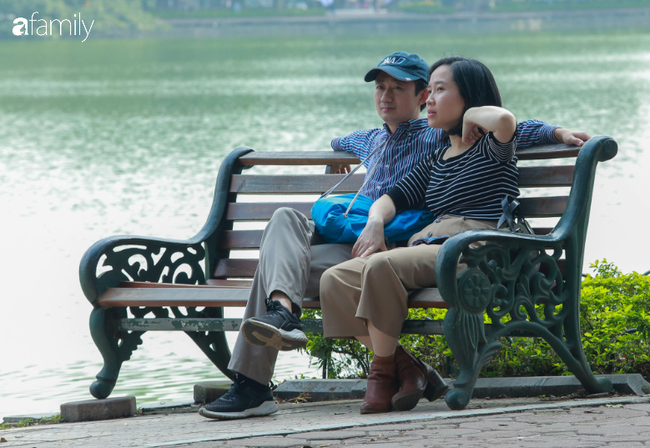 Hà Nội đón ánh nắng sau nhiều ngày âm u, người dân thích thú xuống phố thư giãn - Ảnh 2.