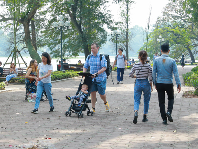 Hà Nội đón ánh nắng sau nhiều ngày âm u, người dân thích thú xuống phố thư giãn - Ảnh 5.