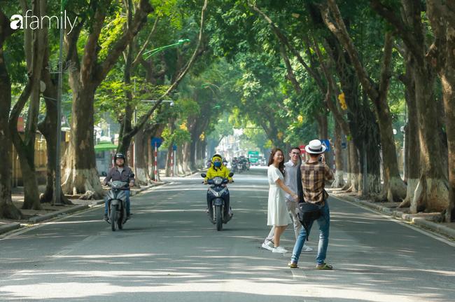 Hà Nội đón ánh nắng sau nhiều ngày âm u, người dân thích thú xuống phố thư giãn - Ảnh 12.
