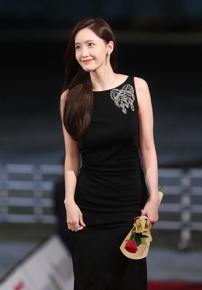 Không cần váy áo sặc sỡ đính sương sa, mỹ nhân Hoa - Hàn chỉ diện đầm đen huyền bí là đã đẹp không thốt nên lời - Ảnh 4.