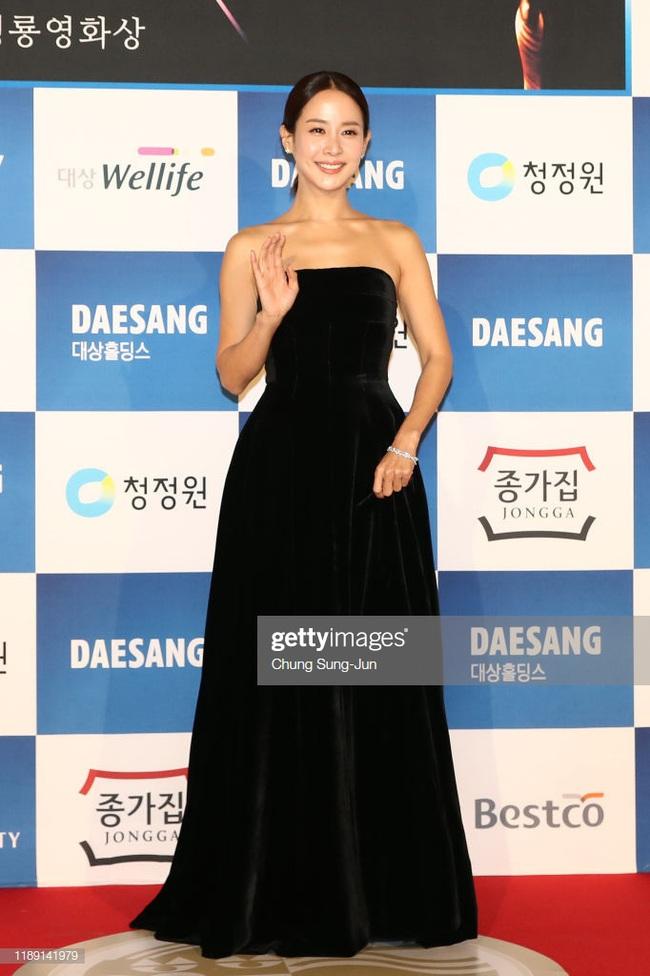 Không cần váy áo sặc sỡ đính sương sa, mỹ nhân Hoa - Hàn chỉ diện đầm đen huyền bí là đã đẹp không thốt nên lời - Ảnh 10.