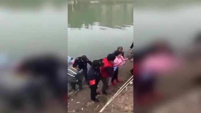 """Bị ngăn không cho qua cầu vì không đeo khẩu trang, người phụ nữ nhảy luôn xuống sông chống đối và cái kết """"ngượng chín mặt"""" - Ảnh 4."""