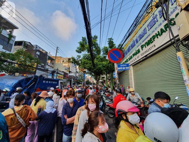 Hàng trăm người dân TP.HCM bỏ ngày chủ nhật xếp hàng dài từ sáng sớm chờ mua khẩu trang y tế - Ảnh 12.