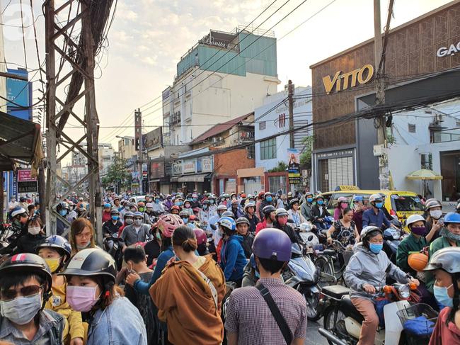 Hàng trăm người dân TP.HCM bỏ ngày chủ nhật xếp hàng dài từ sáng sớm chờ mua khẩu trang y tế - Ảnh 11.