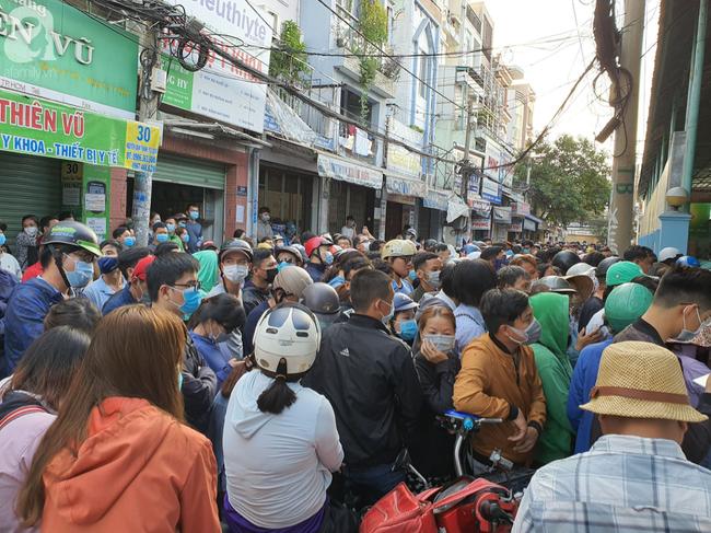 Hàng trăm người dân TP.HCM bỏ ngày chủ nhật xếp hàng dài từ sáng sớm chờ mua khẩu trang y tế - Ảnh 9.
