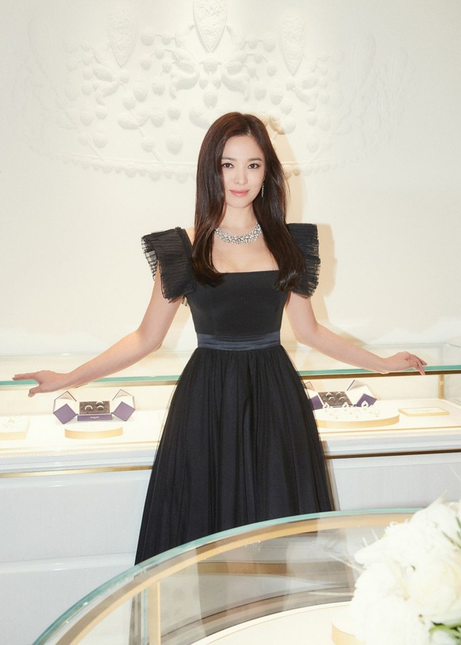 Không cần váy áo sặc sỡ đính sương sa, mỹ nhân Hoa - Hàn chỉ diện đầm đen huyền bí là đã đẹp không thốt nên lời - Ảnh 11.