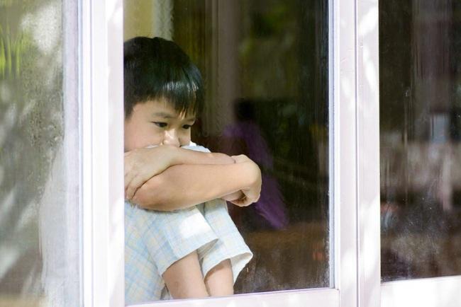 Con trai 5 tuổi luôn nói rằng có ai đó ở ngoài cửa sổ, người mẹ mắng con nói linh tinh nhưng sau khi đưa con đi kiểm tra cha mẹ bé phải bàng hoàng trước kết quả nhận được - Ảnh 1.