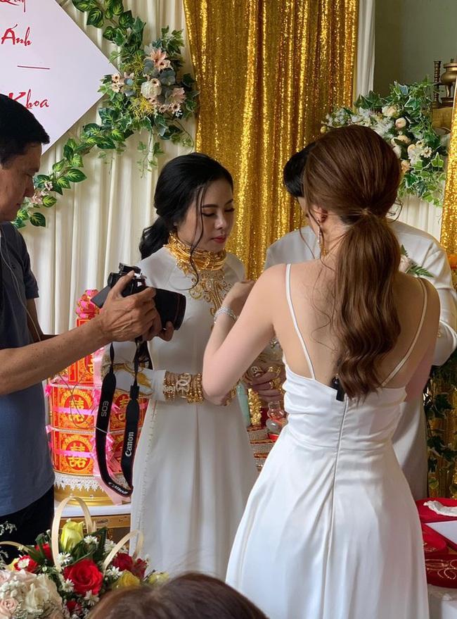 """Người chị trong màn trao hồi môn 49 cây vàng cùng 2,5 tỷ cho cô dâu hóa ra là gái xinh Sài Gòn từng bị tố """"làm màu"""" khi đập heo đất 1 lần mà được ngót 3 tỷ - Ảnh 2."""