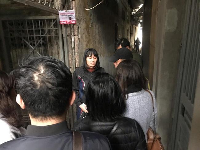 Nhiều người đến thăm hỏi gia đình nạn nhân