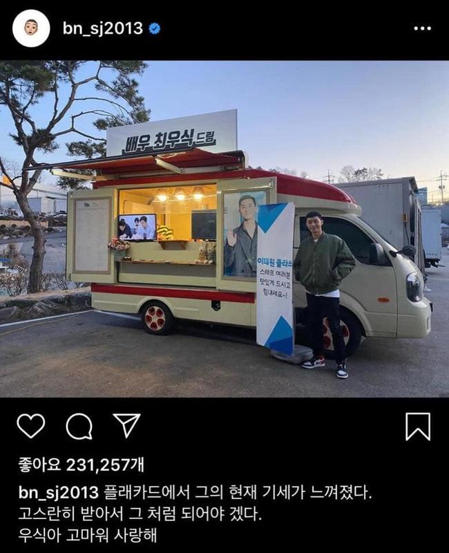 """Mặc ai đồn yêu đồng tính, mỹ nam """"Ký sinh trùng"""" Choi Woo Sik và """"phó chủ tịch"""" Park Seo Joon vẫn công khai quan tâm nhau """"tình bể bình"""" thế này - Ảnh 2."""