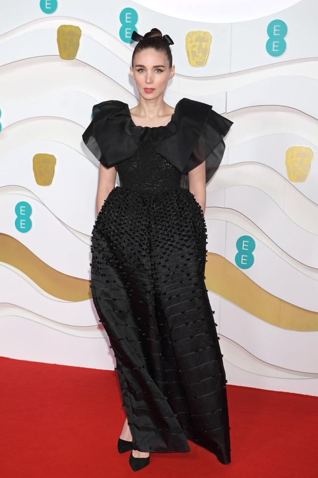 """Thảm đỏ BAFTA lần thứ 73: Vợ chồng Công nương Kate Middleton bị con gái Johnny Depp chiếm toàn bộ """"spotlight"""" vì màn hở bạo - Ảnh 5."""
