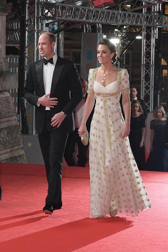 """Thảm đỏ BAFTA lần thứ 73: Vợ chồng Công nương Kate Middleton bị con gái Johnny Depp chiếm toàn bộ """"spotlight"""" vì màn hở bạo - Ảnh 12."""