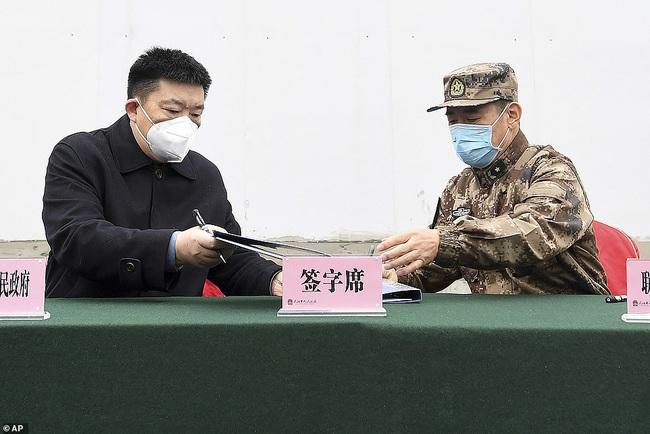 Bệnh viện chuyên trị corona tại Vũ Hán chính thức hoạt động từ hôm nay: Thành quả từ 10 ngày 10 đêm làm việc liên tục của hàng nghìn công nhân - Ảnh 15.