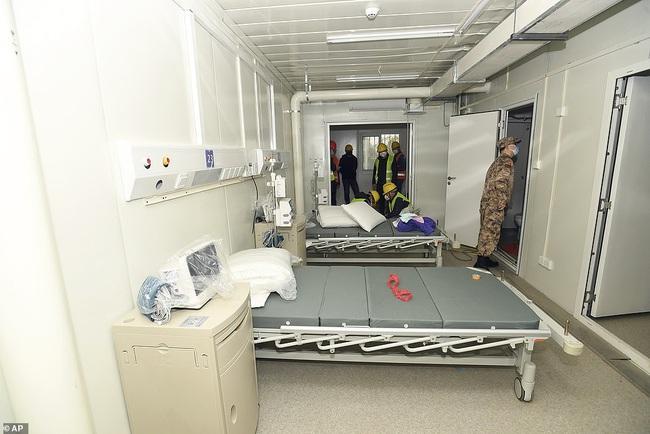 Bệnh viện chuyên trị corona tại Vũ Hán chính thức hoạt động từ hôm nay: Thành quả từ 10 ngày 10 đêm làm việc liên tục của hàng nghìn công nhân - Ảnh 6.
