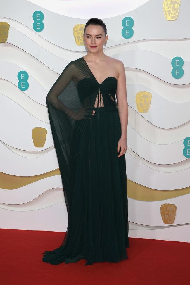 """Thảm đỏ BAFTA lần thứ 73: Vợ chồng Công nương Kate Middleton bị con gái Johnny Depp chiếm toàn bộ """"spotlight"""" vì màn hở bạo - Ảnh 18."""