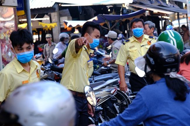 Ngại virus corona, người mua vàng ngày vía Thần tài ở Sài Gòn giảm mạnh, ai cũng bịt chặt khẩu trang - Ảnh 10.