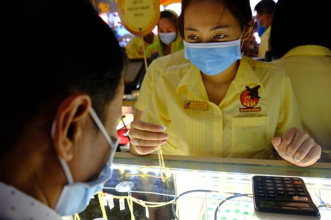 Ngại virus corona, người mua vàng ngày vía Thần tài ở Sài Gòn giảm mạnh, ai cũng bịt chặt khẩu trang - Ảnh 14.
