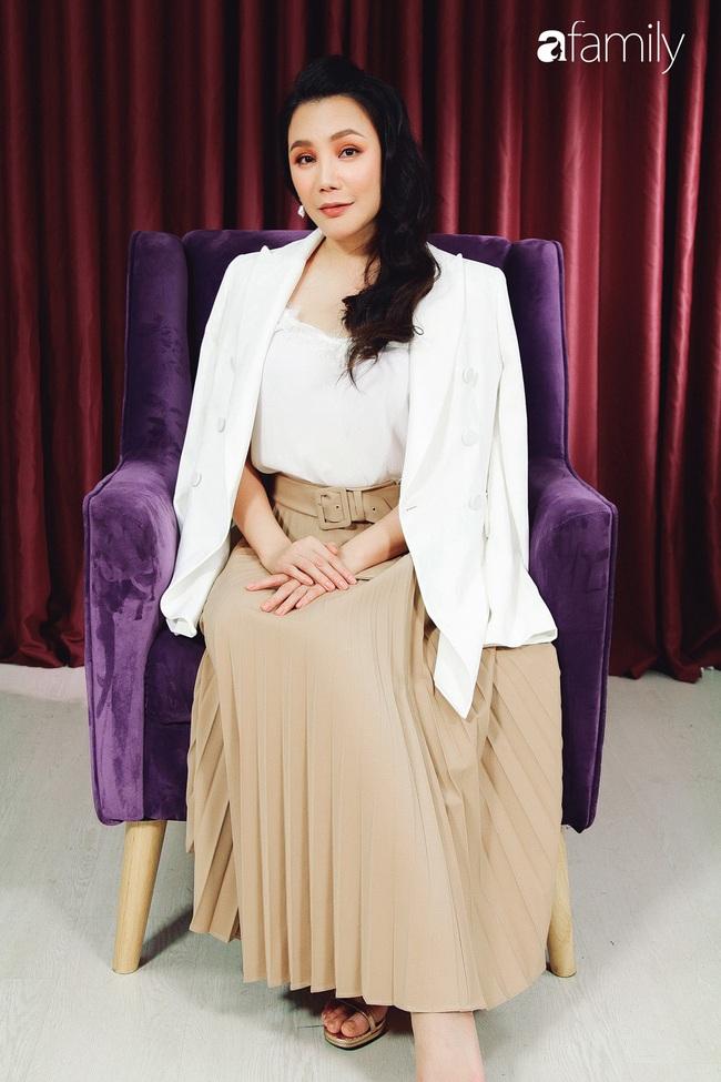 Hồ Quỳnh Hương tức giận chỉ trích đồng nghiệp xem thường khi mang trợ lý ra hát tập với cô - Ảnh 3.