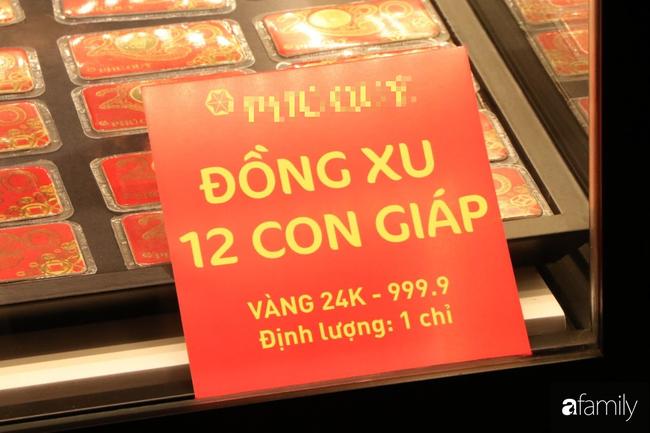 Ngày Vía Thần Tài: Người dân Hà Nội bịt khẩu trang xếp hàng mua vàng từ sáng sớm tinh mơ nhưng không đông đúc, chen lấn xô đẩy như mọi năm - Ảnh 7.