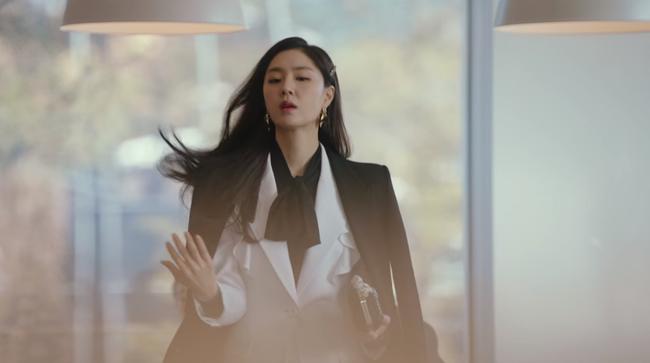 """""""Hôn thê của Hyun Bin"""" lên đồ kiểu nữ CEO và khiến người ta đứng hình toàn tập bởi thần thái cao sang ngút ngàn - Ảnh 1."""