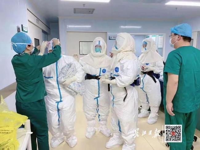 Bác sĩ mặc 4 lớp bảo hộ tiến hành phẫu thuật cứu sống mẹ con sản phụ nghi nhiễm coronavirus - Ảnh 2.