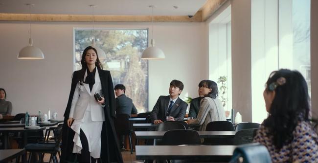 """""""Hôn thê của Hyun Bin"""" lên đồ kiểu nữ CEO và khiến người ta đứng hình toàn tập bởi thần thái cao sang ngút ngàn - Ảnh 4."""