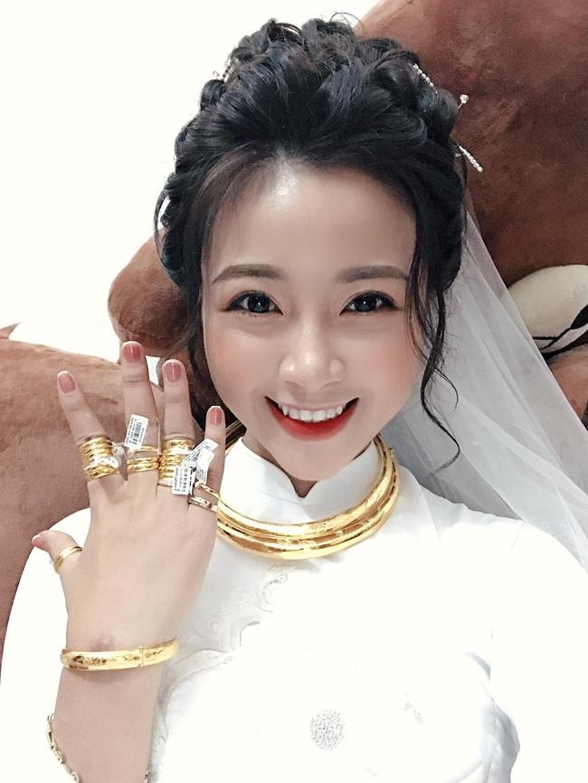 Sau đám cưới, vợ Phan Văn Đức liên tục khoe tiền và vàng, lại còn được chồng tặng quà Valentine sớm cực đắt đỏ - Ảnh 2.