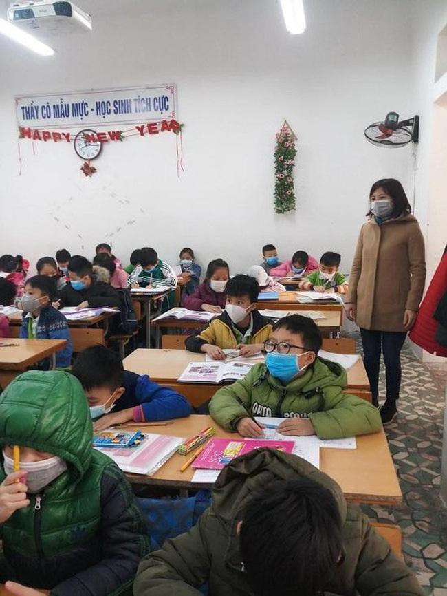 Để phòng ngừa virus Corona, cô giáo này đã mặc trang phục thật đặc biệt khi đứng lớp khiến tất cả học sinh đều ngỡ ngàng - Ảnh 3.