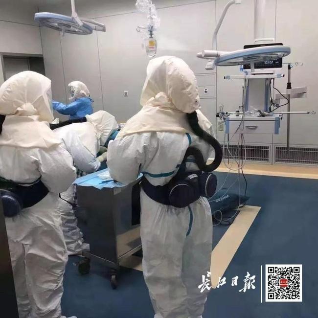 Bác sĩ mặc 4 lớp bảo hộ tiến hành phẫu thuật cứu sống mẹ con sản phụ nghi nhiễm coronavirus - Ảnh 3.