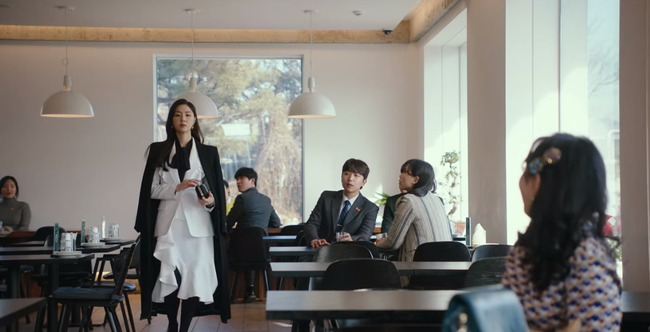 """""""Hôn thê của Hyun Bin"""" lên đồ kiểu nữ CEO và khiến người ta đứng hình toàn tập bởi thần thái cao sang ngút ngàn - Ảnh 2."""