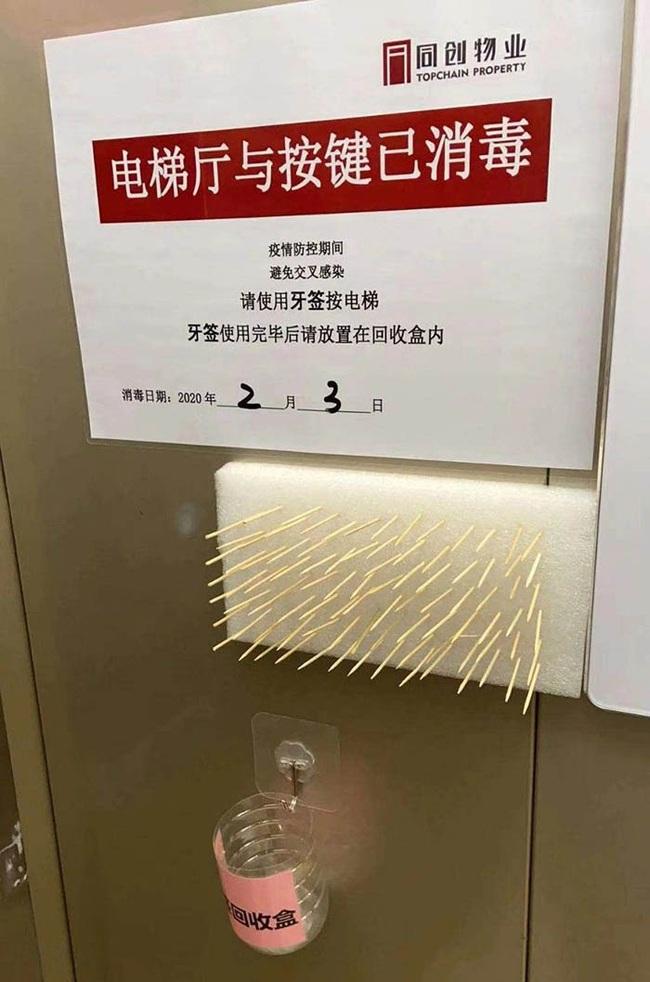 """""""Cạn lời"""" trước cách chống lây nhiễm virus corona bằng bọc ni lông nút bấm thang máy, dùng tăm, khăn giấy bấm số và đây là câu trả lời của các chuyên gia - Ảnh 3."""