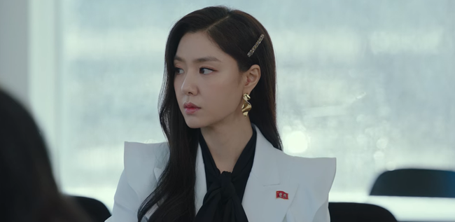 """""""Hôn thê của Hyun Bin"""" lên đồ kiểu nữ CEO và khiến người ta đứng hình toàn tập bởi thần thái cao sang ngút ngàn - Ảnh 6."""