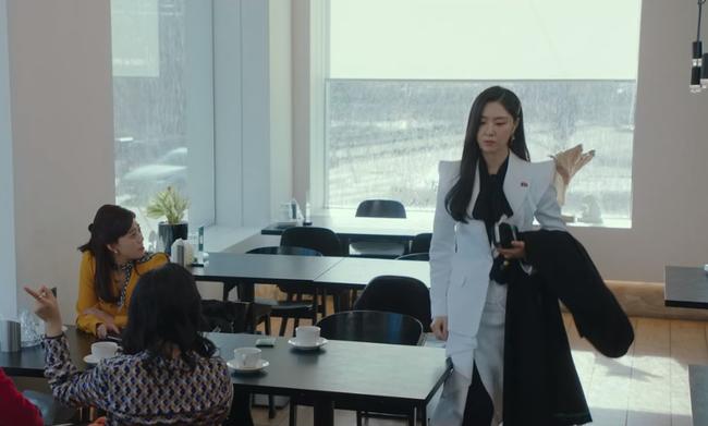 """""""Hôn thê của Hyun Bin"""" lên đồ kiểu nữ CEO và khiến người ta đứng hình toàn tập bởi thần thái cao sang ngút ngàn - Ảnh 3."""