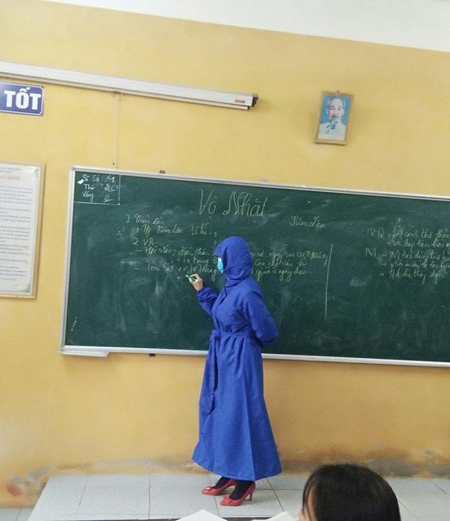Để phòng ngừa virus Corona, cô giáo này đã mặc trang phục thật đặc biệt khi đứng lớp khiến tất cả học sinh đều ngỡ ngàng - Ảnh 1.