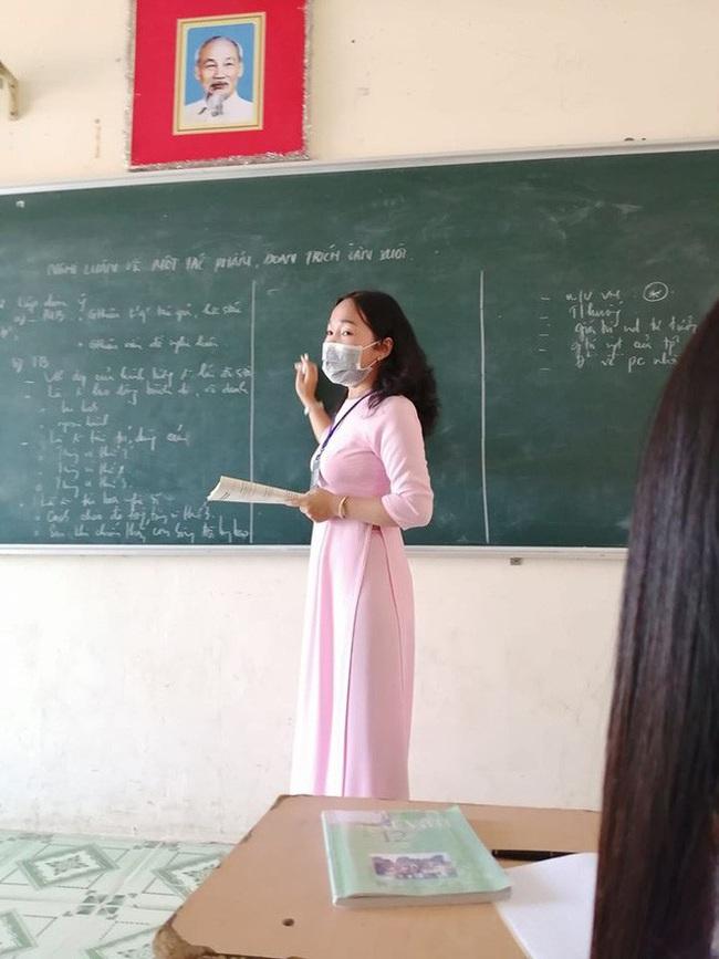 Để phòng ngừa virus Corona, cô giáo này đã mặc trang phục thật đặc biệt khi đứng lớp khiến tất cả học sinh đều ngỡ ngàng - Ảnh 2.