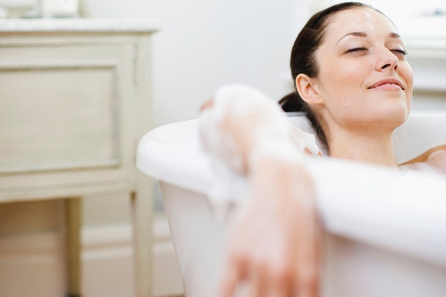 Thời điểm các mẹ nên tắm sau khi sinh con theo hướng dẫn của chuyên gia - Ảnh 2.