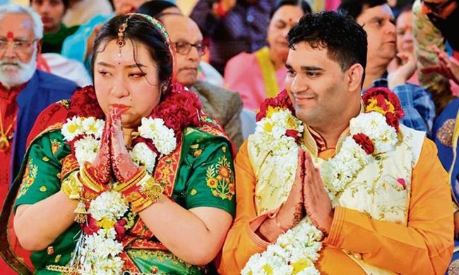 """Cô dâu Trung Quốc vẫn tổ chức đám cưới với chồng Ấn Độ giữa """"bão virus Corona"""", đội ngũ 6 bác sĩ phải túc trực kiểm tra sức khỏe hàng ngày cho những người Trung đến dự - Ảnh 1."""