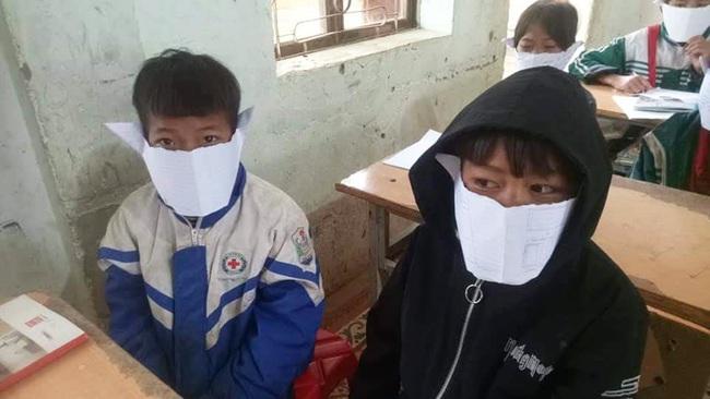 Học sinh miền núi phải đeo khẩu trang  bằng... giấy đến trường để phòng virus corona - Ảnh 1.