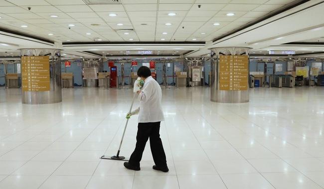 """Giữa lúc dịch bệnh hoành hành, công nhân dọn vệ sinh đường phố vẫn làm việc bình thường: """"Chúng tôi là ai mà được đòi hỏi thêm?"""" - Ảnh 3."""
