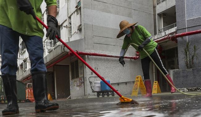 """Giữa lúc dịch bệnh hoành hành, công nhân dọn vệ sinh đường phố vẫn làm việc bình thường: """"Chúng tôi là ai mà được đòi hỏi thêm?"""" - Ảnh 2."""