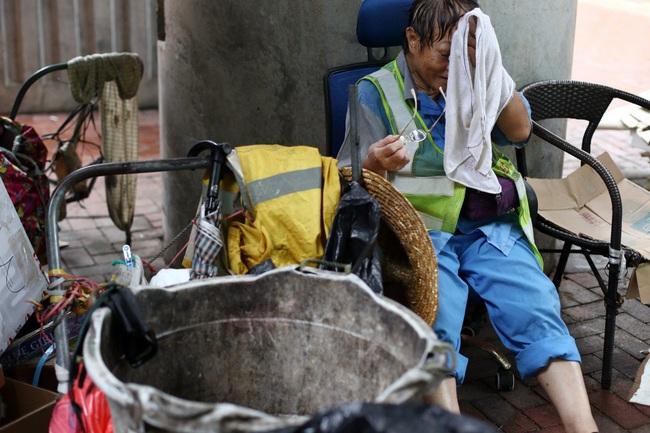"""Giữa lúc dịch bệnh hoành hành, công nhân dọn vệ sinh đường phố vẫn làm việc bình thường: """"Chúng tôi là ai mà được đòi hỏi thêm?"""" - Ảnh 1."""