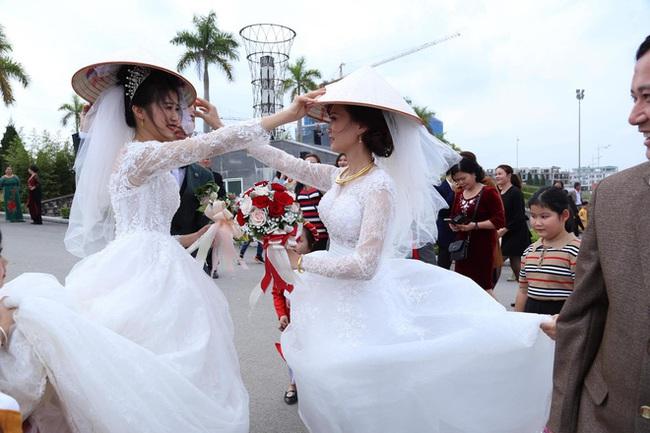 Đang chụp ảnh cưới trên đường thì gặp đoàn rước dâu khác, cô dâu - chú rể liền có hành động đặc biệt khiến nhiều người bất ngờ - Ảnh 2.